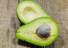 Verse die avocado in de helft wordt gesneden Royalty-vrije Stock Fotografie