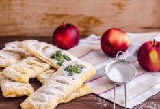 Verse die bladerdeegpastei met appelen en kaneel wordt gevuld stock foto