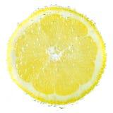 Verse die citroen in sodawater met bellen wordt behandeld Royalty-vrije Stock Afbeelding