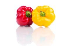 Verse die groene paprika's op wit worden geïsoleerd Stock Fotografie