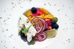 Verse die groentesalade met kaas met kruidenclose-up wordt versierd royalty-vrije stock afbeeldingen