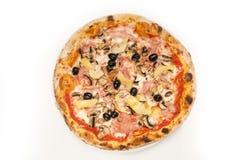 Verse die pizza op wit wordt geïsoleerd Stock Afbeelding