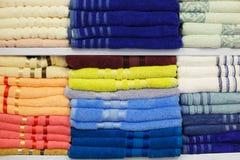Verse die Hotelhanddoeken op een Plank worden gevouwen en worden gestapeld Kleurrijke katoenen die handdoeken keurig op plank wor royalty-vrije stock afbeelding