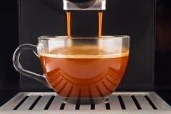 Verse die koffie in de machine wordt voorbereid Stock Foto