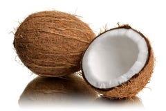 Verse die kokosnoot in de helft wordt gebroken stock foto's