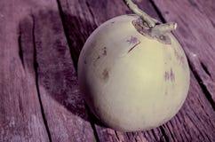 Verse die kokosnoot op Oude houten achtergrond wordt geïsoleerd Stock Afbeelding