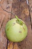 Verse die kokosnoot op Oude houten achtergrond wordt geïsoleerd Stock Foto