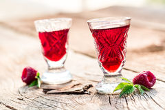 Verse die likeur van frambozen en alcohol wordt gemaakt royalty-vrije stock afbeeldingen