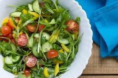 Verse die salade in een witte kom op houten lijst wordt gediend Royalty-vrije Stock Afbeelding