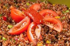 Verse die salade met bonen en tomaten in een kom worden gediend royalty-vrije stock foto's