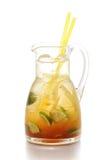 Verse die sinaasappel en gemberlimonade op witte achtergrond, de drankfotografie wordt geïsoleerd van het de zomerfruit Stock Afbeelding