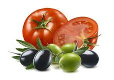 Verse die tomaten en olijven op witte achtergrond worden geïsoleerd Horizontale samenstelling royalty-vrije stock afbeelding