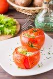 Verse die tomaten met kaas en ei worden gebakken met greens wordt bestrooid Stock Foto's