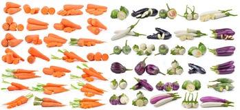 Verse die wortelen en aubergine op witte achtergrond worden geïsoleerd Stock Foto's