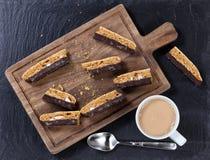 Verse donkere chocoladekoekjes en koffie voor snack Stock Afbeeldingen