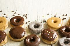 Verse donuts in een doos Donuts Stock Afbeeldingen