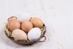 Verse eieren in een kom op een witte achtergrond Royalty-vrije Stock Foto