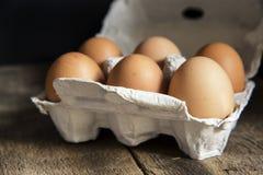 Verse eieren in eidoos in humeurige natuurlijke verlichting uitstekende retro st Stock Foto