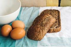 Verse eieren en bruin brood op tafelkleed Royalty-vrije Stock Foto