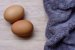 Verse eieren op houten en Microfiber-Doek royalty-vrije stock afbeelding