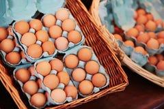 Verse eieren op landbouwersmarkt in Parijs, Frankrijk Stock Foto's