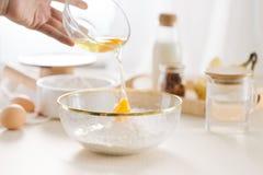 Verse eierenmelk en bloem op witte lijst royalty-vrije stock foto