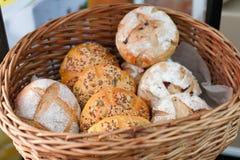 Verse eigengemaakte broodbroden in mand Stock Afbeelding