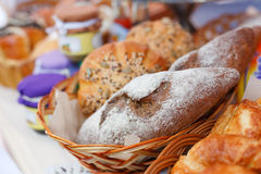 Verse eigengemaakte broodbroden in mand Royalty-vrije Stock Foto