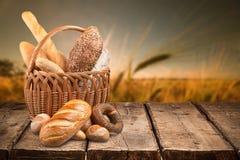 Verse eigengemaakte broodbroden in mand op aard royalty-vrije stock foto