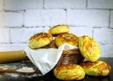 Verse eigengemaakte broodjes op mand met rustieke witte baksteenachtergrond Royalty-vrije Stock Foto's