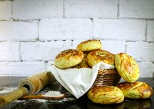 Verse eigengemaakte broodjes op mand met rustieke witte baksteenachtergrond Royalty-vrije Stock Afbeeldingen