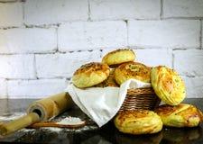 Verse eigengemaakte broodjes op mand met rustieke witte baksteenachtergrond Royalty-vrije Stock Afbeelding