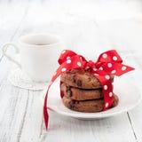 Verse eigengemaakte chocoladekoekjes met kop thee Stock Afbeelding