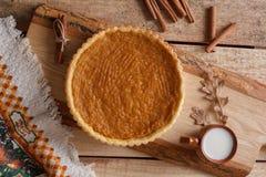 Verse Eigengemaakte die Pompoenpastei voor Dankzegging wordt gemaakt Pastei op een Houten Achtergrond rustic stock foto