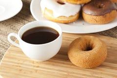 Verse Eigengemaakte Donuts met Zwarte Koffie Stock Foto's