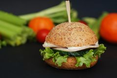 Verse Eigengemaakte Gezonde Kippenhamburger op de lijst met Groenten op Achtergrond stock afbeeldingen