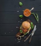 Verse eigengemaakte hamburger op donkere dienende raad met royalty-vrije stock fotografie
