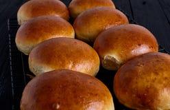 Verse eigengemaakte hamburgerbroodjes Stock Foto's