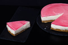 Verse eigengemaakte kaastaart met roze gelei Stock Foto's