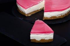 Verse eigengemaakte kaastaart met roze gelei Stock Afbeeldingen
