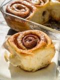 Verse eigengemaakte kaneel kleverige broodjes Royalty-vrije Stock Foto's