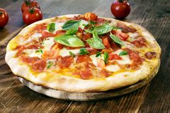 Verse Eigengemaakte Pizza Margherita Royalty-vrije Stock Afbeeldingen