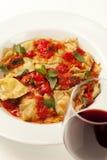 Verse eigengemaakte ravioli met marinarasaus en kruiden Royalty-vrije Stock Afbeelding