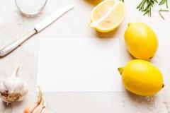 Verse eigengemaakte saus met citroen, rozemarijn en knoflook op een licht stock afbeelding