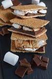 Verse eigengemaakte smores met heemst, chocolade en van Graham crackers Stock Fotografie
