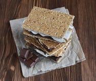 Verse eigengemaakte smores met heemst, chocolade en van Graham crackers Royalty-vrije Stock Afbeelding