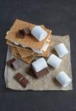 Verse eigengemaakte smores met heemst, chocolade en van Graham crackers Stock Foto