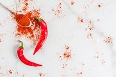 Verse en gemalen Spaanse peperpeper Royalty-vrije Stock Afbeeldingen