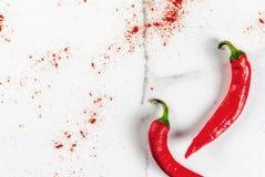 Verse en gemalen Spaanse peperpeper Stock Afbeeldingen