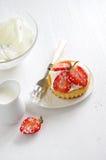 Verse en gezonde aardbeiencake Stock Foto's